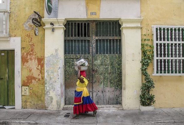 Donna con costume tipico cartagena de indias