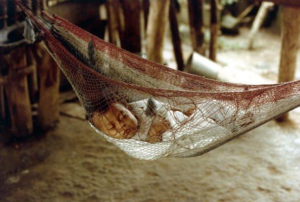 Bimbo che riposa su un amaca - Slow Moove Blog di Viaggi